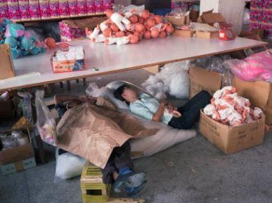 Bambini dormono in fabbrica - foto di repertorio