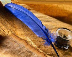 piuma d'oca blu con inchiostro di china e pergamena